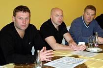 Na středeční tiskové konferenci FK Ústí nechyběl trenér Svatopluk Habanec (vlevo), člen představenstva Jiří Dušek, ani sportovní manažer Stanislav Pelc (vpravo).