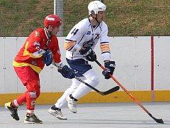Hokejbalisté Elby DDM Ústí (bílí) doma porazili Hradec Králové 3:2 po nájezdech.