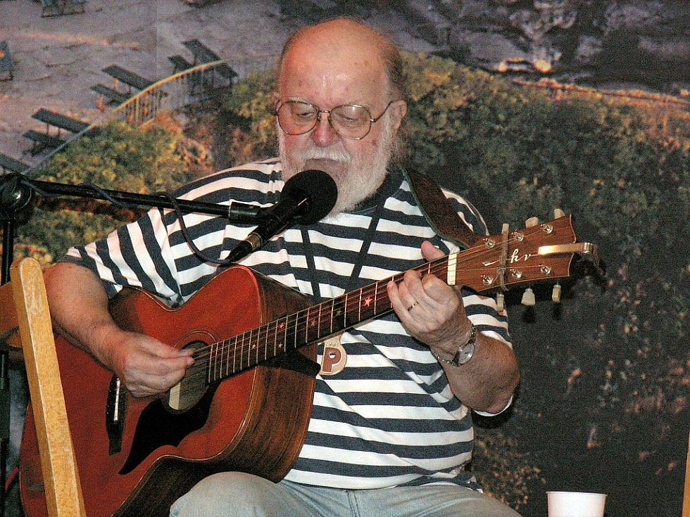 Kid s kytarou. Tak jsme ho znali z koncertů, tak nám už ve vzpomínkách zůstane.