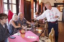 Hlavním hostem slavností byl známý zpěvák a odborník přes víno Jožka Šmukař. Ten nejen na hradě vína degustoval, ale také o nich povyprávěl.
