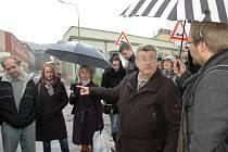 Rudolfa Schichta obklopoval houf nadšených posluchačů.