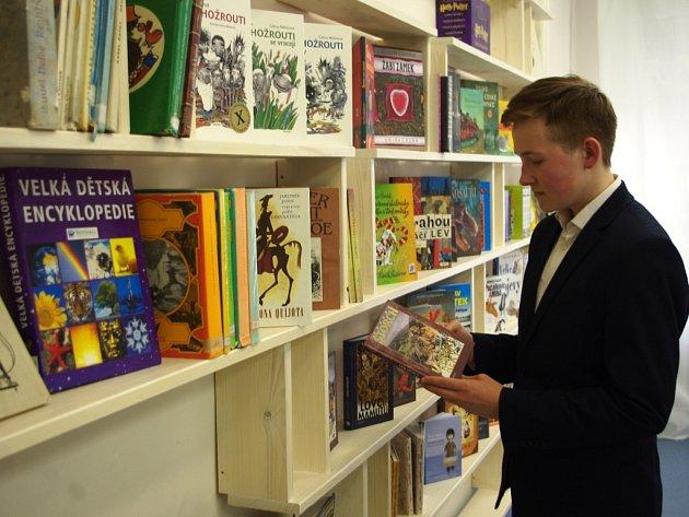 ŠKOLNÍ KNIHOVNA vznikla na ZŠ Palachova s přispěním žáků. Na snímku jeden z iniciátorů projektu Aleš Novák.