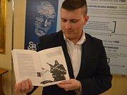 Pavel přibyl (na snímku) vystavuje ve Studijní a vědecké knihovně Plzeňského kraje své graficky upravené fotografie