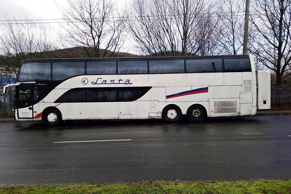 Odtahový vůz přivezl tento autobus do Vinařské ulice v Ústí nad Labem