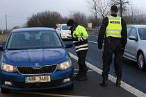 Policejní kontrola na silnici I/15 u Třebívlic, na rozhraní okresů Litoměřice a Louny. Pondělí 1. března 2021