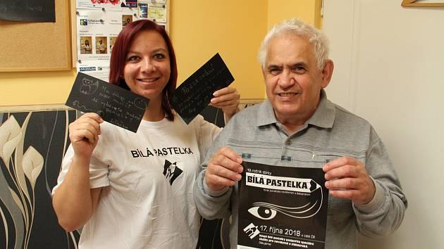 Prodej bílé pastelky pomáhá nevidomým