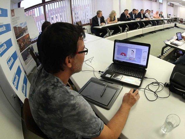 Karikaturista Radek Fetters během debaty tvoří portréty volebních lídrů.