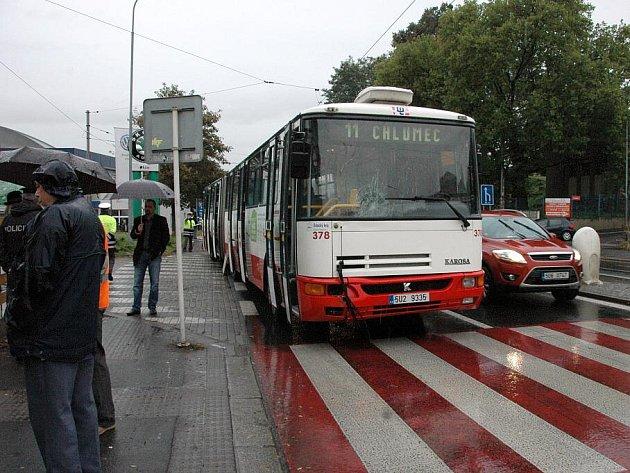 Řidič autobusu srazil chodce u zimního stadionu.