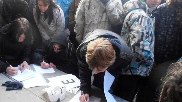 Demonstrace v sobotní nečas: ACTA je mafiánská smlouva.