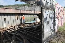 Vrak lodi na střekovském nábřeží, kde dříve bývala luxusní restaurace, mizí pod  plameny autogenů. Povodně mu narušily statiku a potřebné peníze na záchranu majitelé nesehnali.