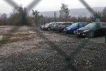 Parkování u jezera Milada.