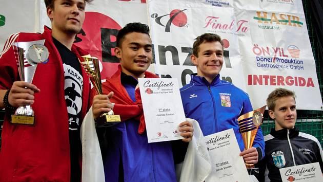 Karatista Ústeckého kraje Jakub Vavřička (druhý zprava) vybojoval na Banzai Cupu v Berlíně bronz.