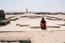 "Autor knihy ""Achnaton a Nefertiti, faraoni Slunce"" Miloš Matula před Malým Atonovým chrámem. Vydáte se s ním poznat krásy a energie Egypta?"