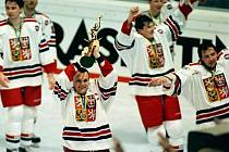 Robert Reichel s pohárem pro mistry světa v roce 1996.