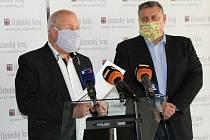 Hejtman Oldřich Bubeníček a jeho první náměstek Martin Klika po zasedání krizového štábu 14. dubna.