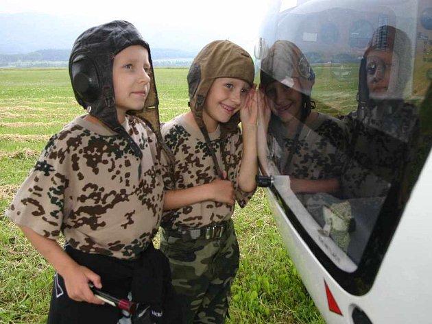 Sedmiletá dvojčata Vašík a Pepík Pilcovi doprovodili otce na letecký den