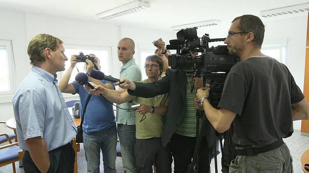 Pavel Nohava při tiskové konferenci.
