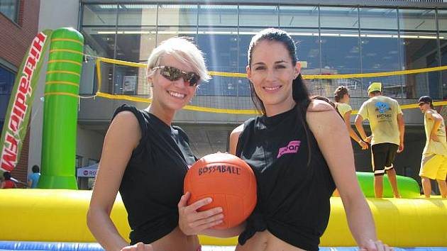 První Bossaball cup v České republice se hrál na Kostelním náměstí před obchodním centrem Forum. Mezi největší hvězdy turnaje patřily přední české modelky Lucie Váchová a Hana Mašlíková.
