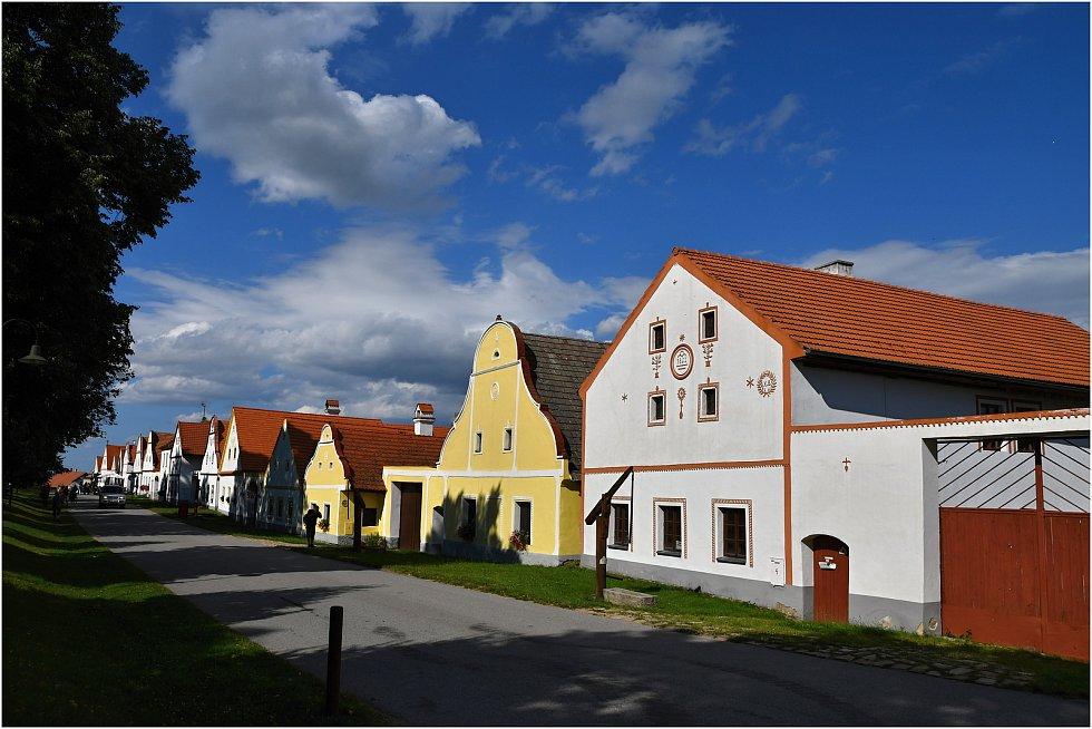 Senioři z Trmic a Ústí vyrazili poznávat krásy jižních Čech. Podívejte se, kde byli. Bydleli v Sezimově Ústí a navštívili například poutní místo Klokoty, zámek Konopiště, Hluboká nebo obec Holašovice.