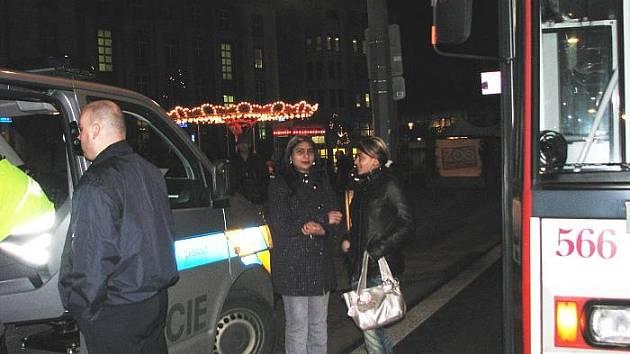 Podle svědků žena přecházela vozovku se svou dcerou směrem od vánočních trhů k obchodnímu centru Sever a vstoupila trolejbusu přímo do jízdní dráhy.