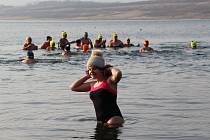 Otužilci z Trmic oslavili jubileum v jezeře Milada.