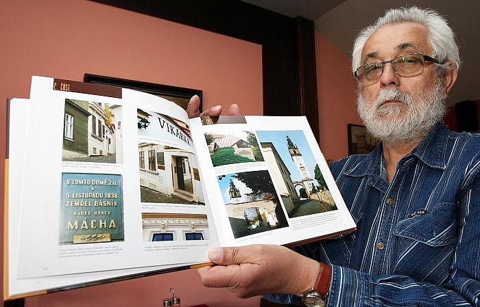 Bild vergrößern OLDŘICH DOSKOČIL s knihou Na Vikárce v Litoměřicích.