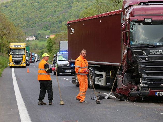 Dopravní nehoda bez zranění se stala kolem sedmnácté hodiny u obce Zálezly na Ústecku.