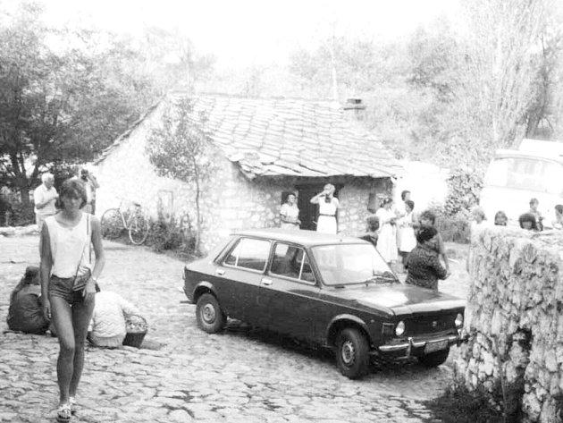 I když je tohle rok 1985 a foto je pořízené v Chorvatsku, originál je černobílý. Fotit na barvu bylo drahé a auto také neměl každý...