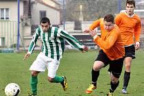 Fotbalisté Ravelu (vlevo záložník Jaslo) zakončili podzimní část 1.B třídy na 10. místě tabulky.