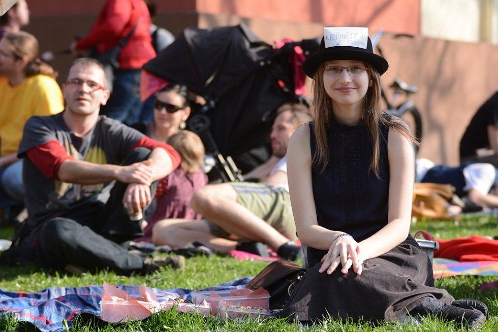 Nedělní piknik před Činoherním studiem.