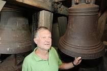 Tomáš Kratochvíl, na snímku u novějších litinových zvonů, by rád slyšel zvonit všechny tři zvony do konce tohoto roku.