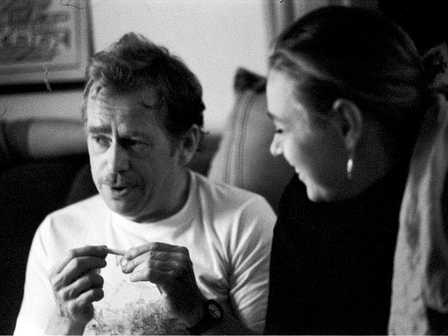Dramatik Václav Havel a studentka FAMU Andrea Sedláčková na podzim 1989.