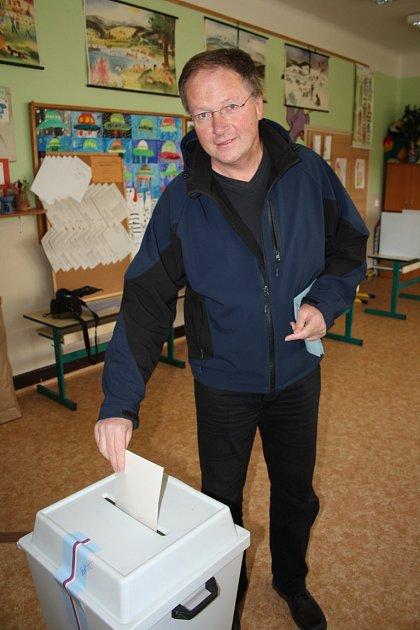 Na Základní škole Kamenická vDěčíně volil také Vladislav Raška, někdejší primátor Děčína.