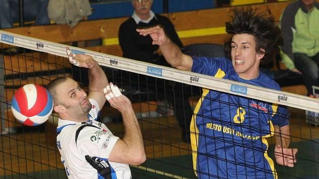 Nahrávač SKV Ústí Filip Habr (vpravo) odehraje v neděli poslední utkání v dresu Ústí.