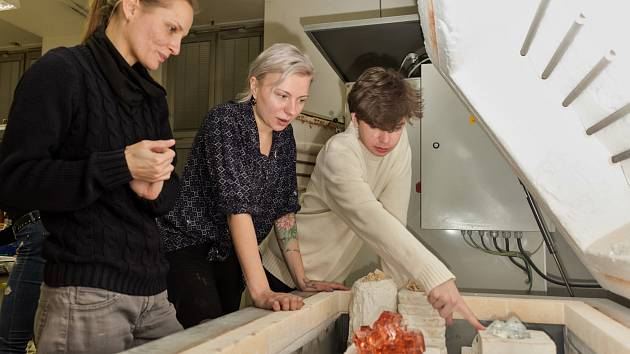 Studenti Ateliéru Grafický design fakulty Univerzity J. E. Purkyně v Ústí nad Labem při práci na klauzurách pro výstavu Zimní sklizeň