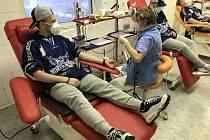 Odběr krve (zleva: Tomáš Stuchlý, sestra transfuzního oddělení, David Dyršmíd a Lukáš Sajdl)