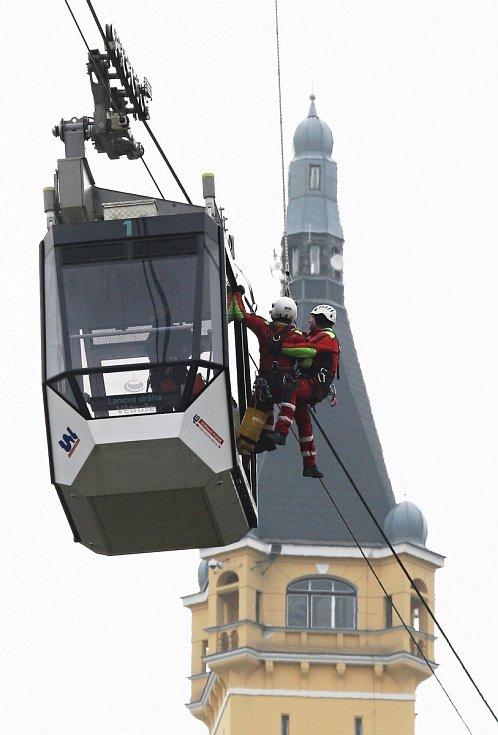 Cvičení záchranářů na evakuaci cestujících z lanovky. Listopad 2014