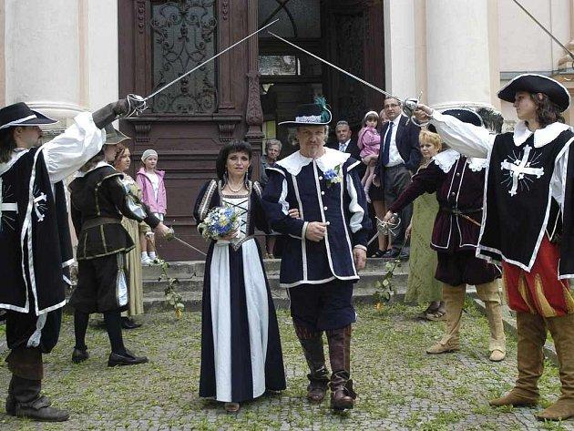 Svatba ve velkém šermířském stylu na Střekově