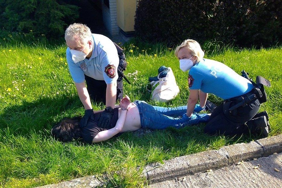 Strážníci ženu zpacifikovali a ta nakonec skončila na zemi vpoutech.