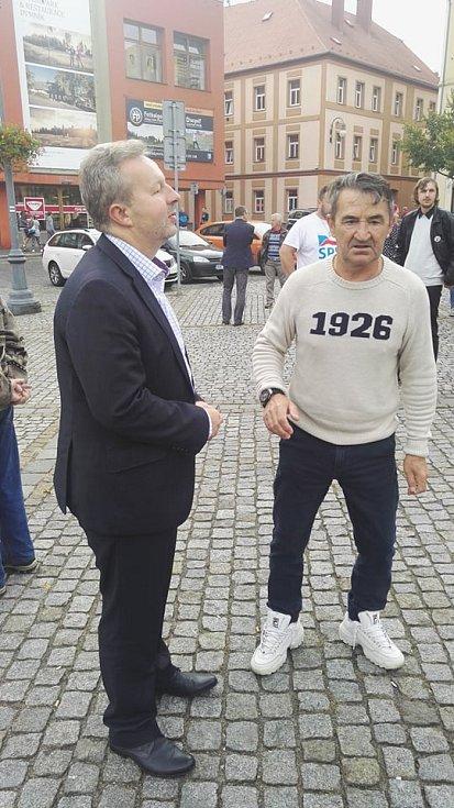 Deník-bus na Lužickém náměstí v Rumburku očekávalo poměrně dost lidí.