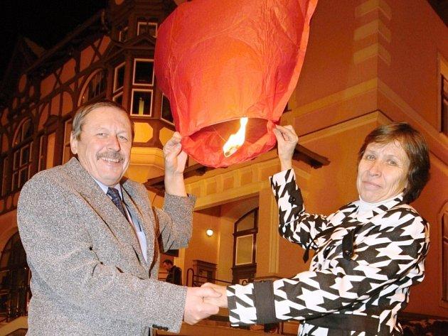 Zamilovaných párů bylo na Větruši  téměř sto. Všichni na závěr vypustili  červené lampiony štěstí ve tvaru srdíčka.