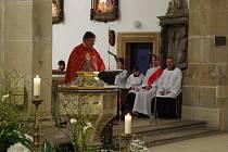 V zaplněném kostele Nanebevzetí Panny Marie si katolická farnost připomněla Velký pátek.