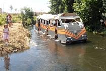 Vlak postavila skupina nadšenců ze Stadic. V minulosti jeli na menších plavidlech, letos se spojili.