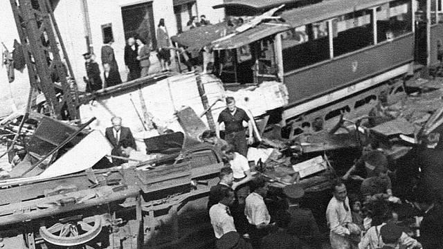 Historický snímek zachycuje situaci po tramvajovém neštěstí na Bukově z 13. července 1947