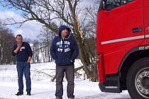Uvázlé kamiony a autobus na silnici Tisá - Petrovice.