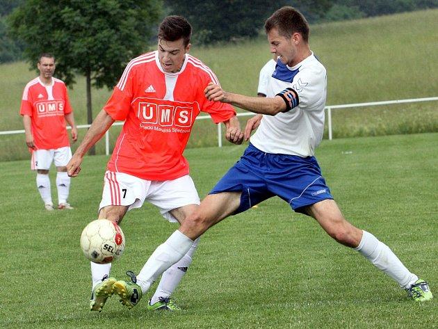 Fotbalisté Hostovic (vlevo v souboji Langer) letos ovládli 1.B třídu a poprvé v klubové historii si zajistili postup do 1.A třídy.
