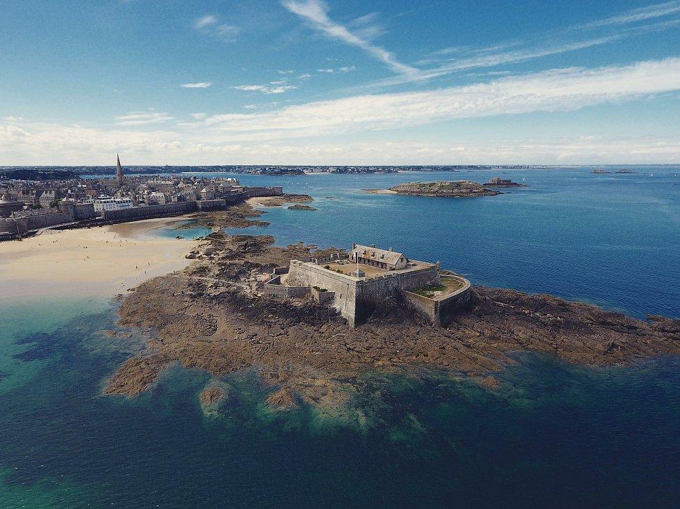 Pavel Šíma je fotograf a kameraman, který často využívá dron. Pro ČT natáčí i cestovatelské magazíny. Oblíbil si Island a Normandii.