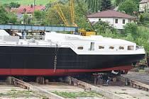 České loděnice včera ve Valtířově spustily na vodu novou, 125 metrů dlouhou cisternovou loď. Je určena pro přepravu tekutých materiálů na řekách a u mořského pobřeží.