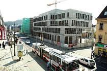 CPI City center roste jako z vody. Už je tu dokončená hrubá stavba. Přitom ještě před rokem tu byla jen opuštěná stavební jáma. Stavební dělníci tu intenzivně pracují ve dne, v noci i o víkendu. Dokončení multifunkčního komplexu je plánováno na jaro 2011.