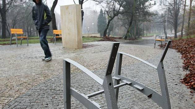V nově zrekonstruovaných Městských sadech za 80 milionů korun již po měsíci někdo poničil lavičky. Vytrhal z nich prkna.